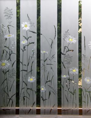 Glasmalerei Sattler - Absturzsicherung & Trennwand aus Glas - Detail der Gestaltung mit dem Blumenmotiv
