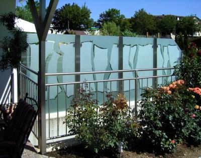Glasmalerei Sattler - Glaszaun über die Ecke, individuell gestaltet mit beidseitiger Sandstrahlung, Glas, Stahl