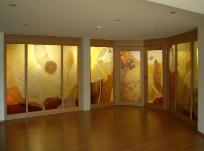 Glasgestaltung im Altenpflegeheim in Eisenharz, Entwurf: Silke Weiß, Ausführung: Glasmalerei Sattler