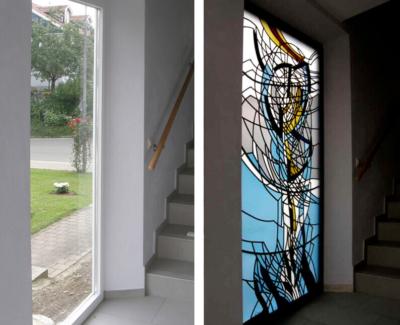 Glasmalerei Sattler - Gestaltetes Treppenhausfenster aus Glas, Stilrichtung modern, vorher und nachher zu sehen