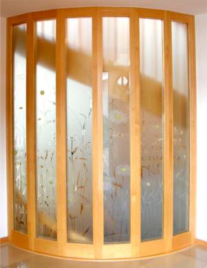 Absturzsicherung/Trennwand aus Glas - Nachher mit Blumengestaltung / Entwurf und Ausführung: Glasmalerei Sattler