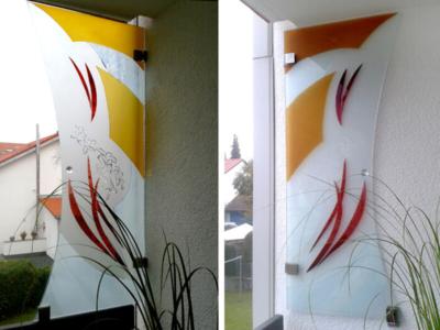 Sichtschutz aus Glas auf dem Balkon, klappbar, Sandstrahlung mit farbiger Glaslaminierung, Entwurf und Ausführung: Glasmalerei Sattler