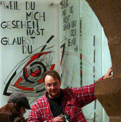Glasmalerei Sattler - Bernd Engel beim Montieren von Gestaltungen