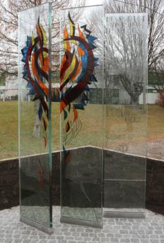 Diether F. Domes gestaltete drei Glasstelen zum Gedenken an die 1972 verstorbene Maria Aicher. Ausführung der Arbeit: Glasmalerei Sattler
