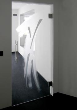 individuell gestaltete Glastür, in weiß geätzt mit grauer Glaslaminierung, Entwurf und Ausführung, Glasmalerei Sattler