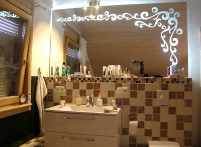 Glasmalerei Sattler- Badspiegel mit sandmattiertem Ornament, von hinten durchleuchtet