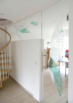 individuell gestaltete Glastür und Oberlicht, sandmattiert mit farbigen Applikationen in klar, grün und weiß, Entwurf und Ausführung: Glasmalerei Sattler