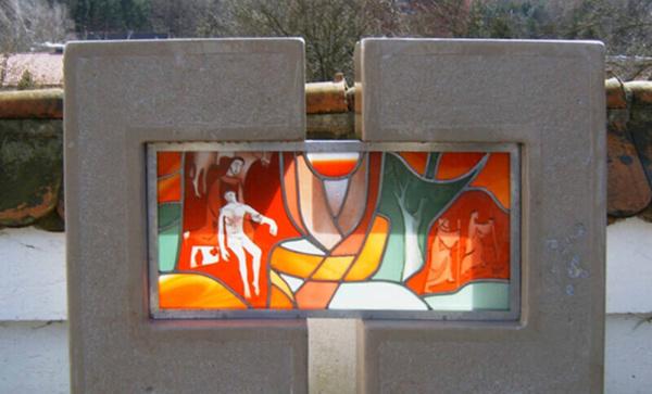 Glasmalerei Sattler - Ein Grabmal aus Glas, außen Stein, innen eine Bleiverglasung, Entwurf: Franz Höchstötter