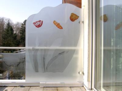 Sichtschutz aus Glas auf dem Balkon, Sandstrahlung mit farbiger Glaslaminierung, Entwurf und Ausführung: Glasmalerei Sattler