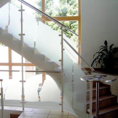 Treppengeländer aus Glas, Sandstrahlung, individuell gestaltet, Entwurf und Ausführung: Glasmalerei Sattler