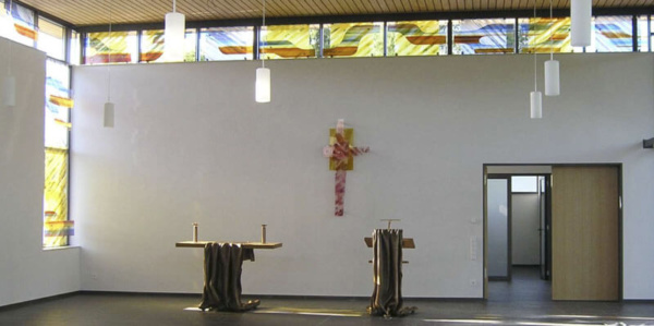 Fenstergestaltung in der Aussegnungshalle in Linsenhofen, Entwurf: Kurtfritz Handel, Ausführung: Glasmalerei Sattler