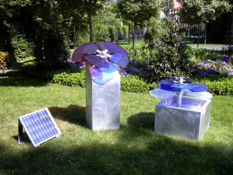 drehbare Solar Rose durch Photovoltaik, Entwurf: Silke Weiß, Ausführung: Glasmalerei Sattler