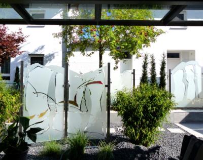 exklusiver Glaszaun, individuell gestaltet mit farbiger Glaslaminierung, Halterung aus Stahl, Entwurf und Ausführung, Glasmalerei Sattler