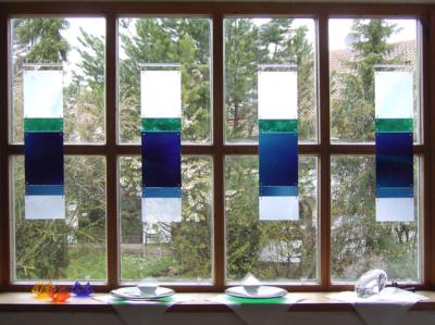 Glasmalerei Sattler - Vorhängescheiben für Fenster aus Glas in den Farben Blau und weiß aus mungeblasenem Glas