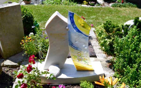 Moderner Grabstein aus Stein und Glas
